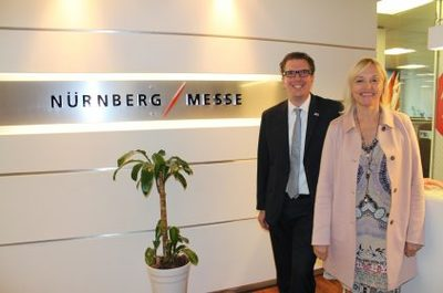 Staatsministerin Dr. Beate Merk (rechts) ist bei der NürnbergMesse do Brasil in Sao Paulo mit dem Executive Director International Relations & Business Management der NürnbergMesse, Eike Scholl (links).